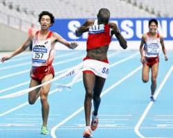 アジア大会の男子マラソンで初出場の松村(左)が2位でゴール。公務員ランナーの川内(右)は3位だった(3日、仁川)=写真 沢井慎也