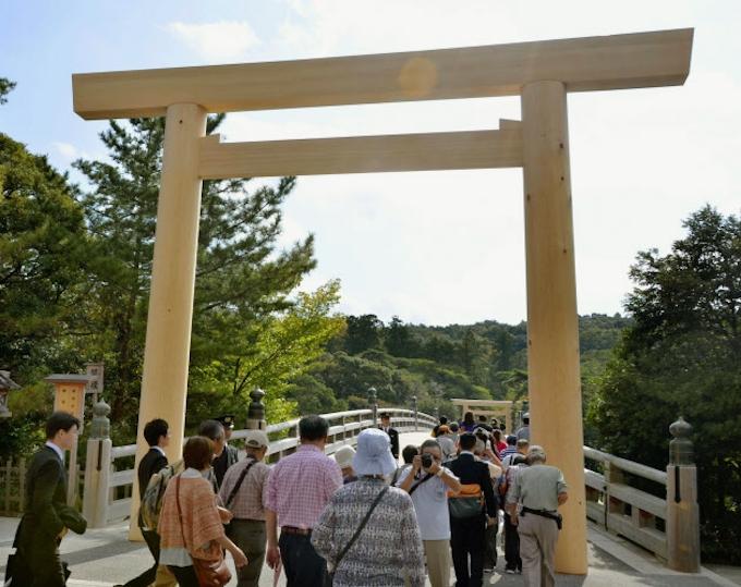 伊勢神宮の宇治橋鳥居、20年ぶり新調 旧正殿のヒノキ使用: 日本経済新聞