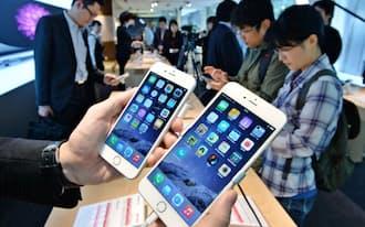 店頭に並んだ「iPhone6」(左)と「iPhone6プラス」(9月19日、東京・丸の内)