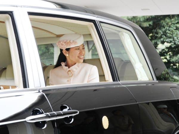 久子さまらに見送られ、高円宮邸を出発される典子さま(4日午前、東京・元赤坂)
