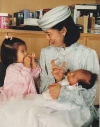 絢子さま(右)の宮中三殿参拝前に久子さまとほほ笑みあう典子さま(1990年11月)=宮内庁提供
