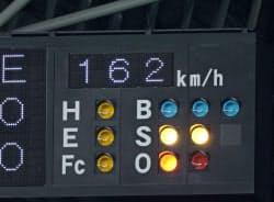 プロ野球日本ハムの大谷翔平投手が楽天戦で球速162キロを記録し、公式戦最速記録に並んだ(5日、札幌ドーム)=共同
