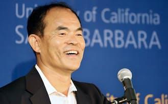 記者会見する中村氏(7日、米カリフォルニア州サンタバーバラ)