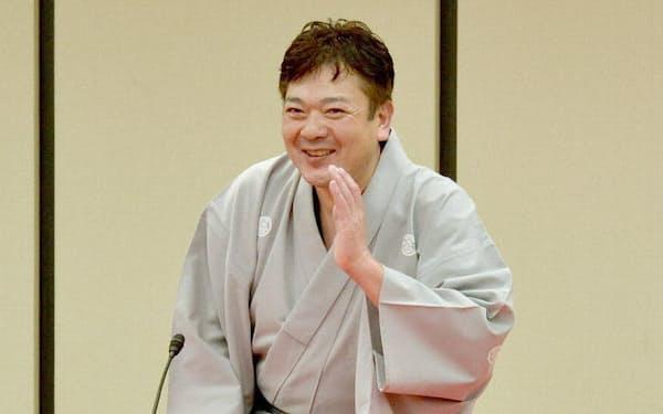 日本経済新聞社で開かれた落語会で高座に上がる立川談笑師匠