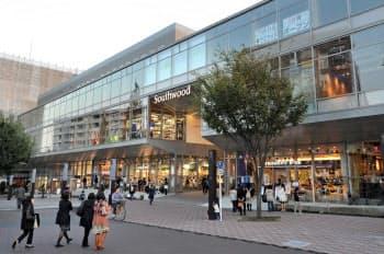 横浜・港北ニュータウンに昨年オープンした木造4階建ての商業施設「サウスウッド」(2013年11月1日、横浜市都筑区)