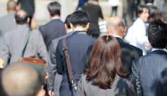 通勤する人たち(5月、東京・丸の内)