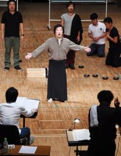 「カーリュー・リヴァー」の練習をする出演者ら(大阪府豊中市のザ・カレッジ・オペラハウス)