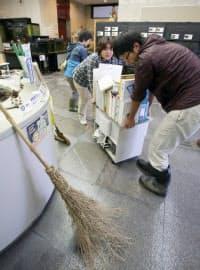 台風19号の通過から一夜明け、浸水の被害にあったきしわだ自然資料館の掃除をする人たち(14日、大阪府岸和田市)