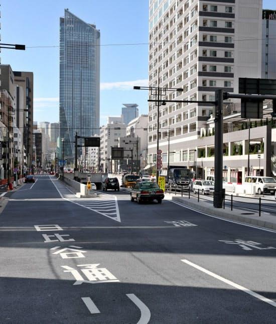 「幻のマッカーサー道路」という異名がついた環状2号線も虎ノ門ヒルズ(奥)との一体開発でようやく開通(東京都港区)