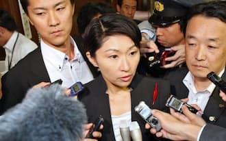 参院経産委を前に一部メディアで報じられた政治資金問題について記者の質問に答える小渕経産相(16日、国会内)