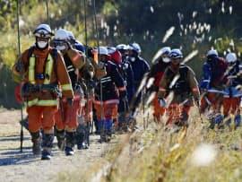 御嶽山での行方不明者捜索を終え、下山した消防隊員(16日午後、長野県王滝村)=共同