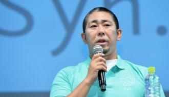 スマホ向け新サービス「Syn.」を発表するKDDIの森岡担当部長(16日午後、東京都港区)