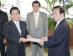 太田国交相(右)から認可書を受け取るJR東海の柘植社長(17日、国交省)