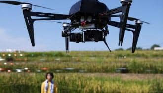 水田の上空を飛ぶ無人小型ヘリ(愛知県東郷町の名古屋大学付属農場)