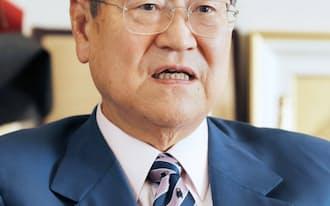 インタビューに答える自民党の野田税調会長(17日、東京・永田町)