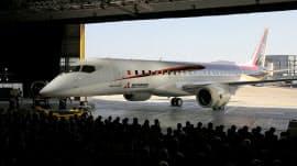 ロールアウト式典で公開されたMRJの機体(18日午後、愛知県豊山町)