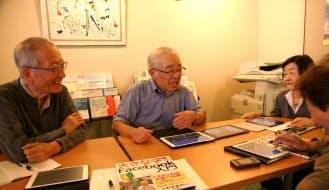 シニアの初心者にフェイスブックを教える牧壮さん(左から2番目、東京・千代田の砂防会館)