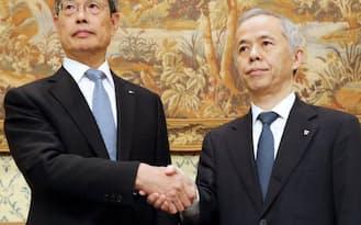 包括提携の記者会見で握手する東電の広瀬社長(右)と中部電の水野社長(10月7日、東京都港区)