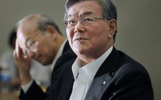 記者会見する電気事業連合会の八木会長(17日、東京・大手町)