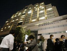 リベリアから帰国した男性が搬送された国立国際医療研究センター(27日夜、東京都新宿区)