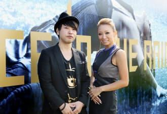 映像ディレクターの横部氏(左)と歌手の倖田來未さん(25日、東京都新宿区)