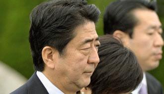 9日、アジア太平洋経済協力会議(APEC)首脳会議出席のための中国訪問に先立ち、羽田空港で記者団の質問に答える安倍首相。「解散については全く考えていない」と述べた=共同