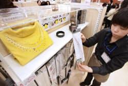 手持ちの服に張るだけでリメイクできる手芸用品が人気(横浜市のユザワヤ横浜店)