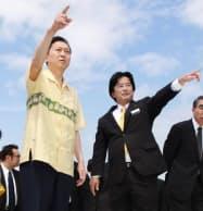 宜野湾市の伊波洋一市長(右)の案内で普天間基地を視察する鳩山首相(4日午後、沖縄県宜野湾市)