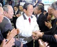 当選を決め、支持者と握手する町村氏(24日、札幌市厚別区)