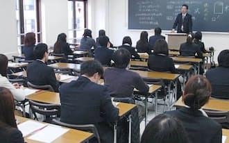 「大原簿記学校」で開かれたビジネスマナーの授業(東京都千代田区)