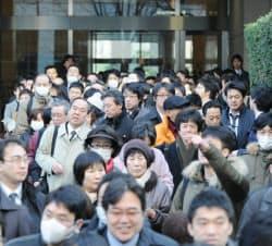 傍聴券を求めて大勢の人が集まった東京地裁前(7日午前、東京・霞が関)