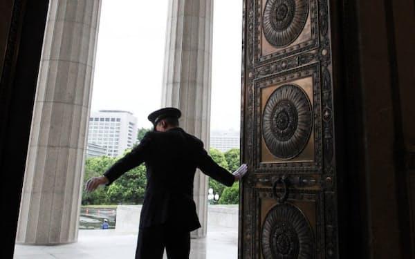 候補者選びの課題は多い(昨年7月、臨時国会で開かれた国会中央玄関)