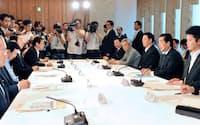 首相官邸で開かれたエネルギー・環境会議の初会合(22日)
