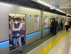 東西線の混雑率は200%近くに上る(江東区の東陽町駅)