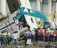 高速鉄道の先頭部分の破壊作業が進む事故現場(24日、浙江省)=共同