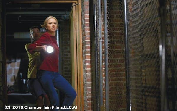 クリステン役のアンバー・ハード(右)                                                       (C)2010,Chamberlain Films,LLC.All rights reserved.