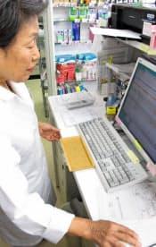 患者の服薬状況を確認する薬剤師(高松市の中山スズラン堂薬局)