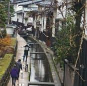 武家屋敷と商人町を画した瀬戸川沿いに白壁土蔵が連なる