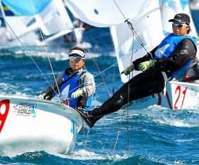 女子470級で近藤(左)と田畑組は世界ランク1位=共同