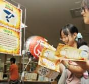 オープンキャンパスで学内を巡る高校生。4カ所の課題をクリアすると景品がもらえる(東京都八王子市の帝京大学八王子キャンパス)