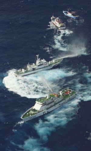 領海に侵入した台湾の巡視船(上から4隻目)と、漁船に放水する海保の巡視船(上から3隻目)=25日午前