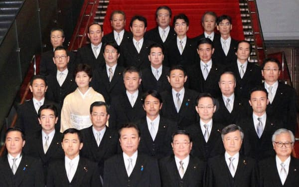 記念写真に納まる野田第3次改造内閣の副大臣(2日、首相官邸)