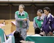 防災服で避難所を訪れ、被災者の話を聞く石原都知事(2011年3月、東京都足立区の東京武道館)