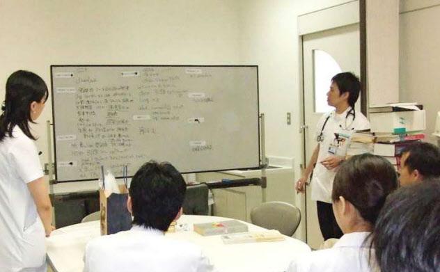 研修医や指導医らによる入院患者の症例検討会(東京・目黒の東京医療センター)