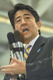街頭演説をする自民党の安倍総裁(熊本市東区)