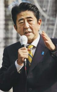 24日午後、街頭演説する自民党の安倍総裁(東京都武蔵野市)