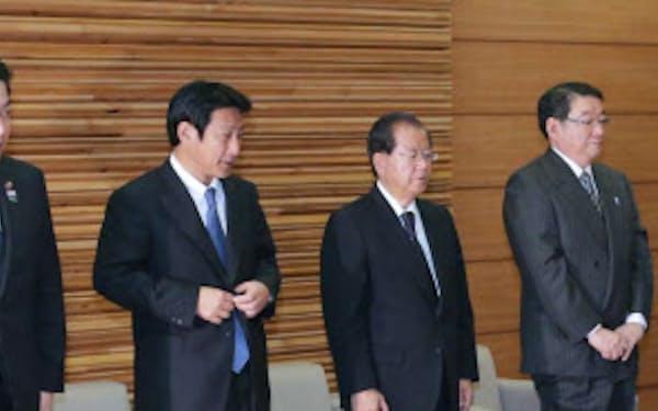 城島財務相(左端)ら衆院選で落選した閣僚が並ぶ中、閣議に臨む野田首相(18日午前、首相官邸)