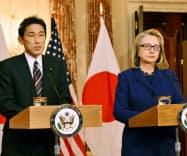 18日、会談後に共同記者会見する岸田外相(左)とクリントン米国務長官=共同