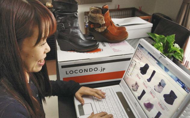 返品送料が無料の靴のネット通販を利用する佐藤さん(東京都内)