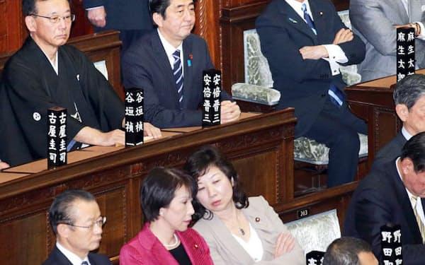 衆院本会議に出席した安倍首相ら(28日午後)